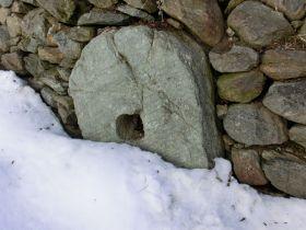 Alter Mühlstein des Lechtlhofes
