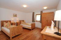 Schlafzimmer 2 Ferienwohnung Plattei, die zwei Einzelbetten können auch zu einem Doppelbett umfunktioniert werden - Lechtlhof